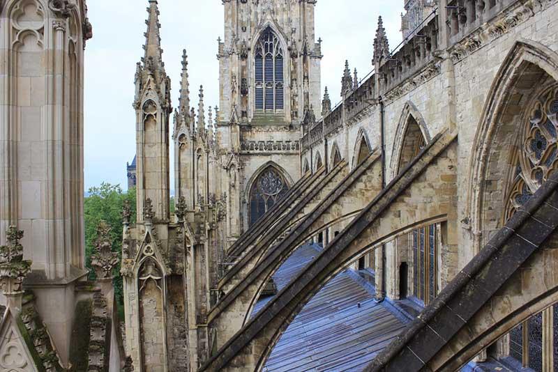 Uçan payanda katedral örneği.