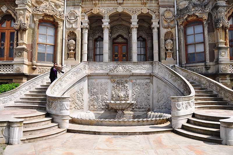 Barok mimari akımına örnek; Beylerbeyi Sarayı.