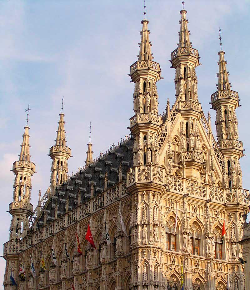 Leuven Belediye Binası, gotik mimari tarzı örneği.
