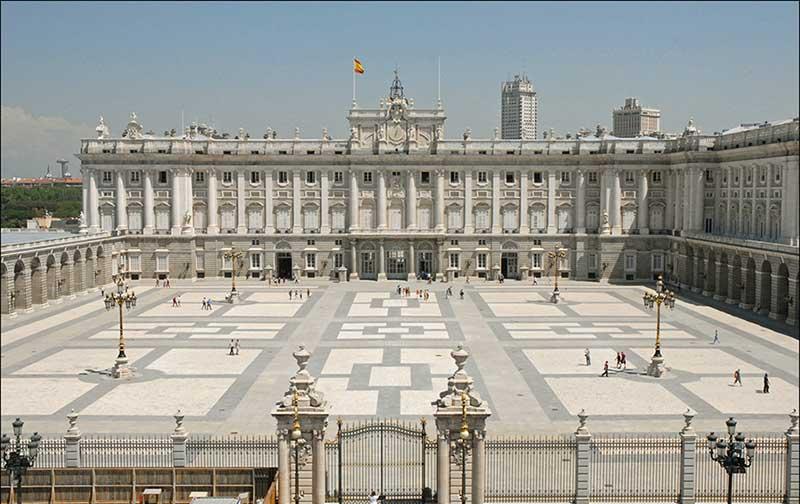 Madrid Kraliyet Sarayı Barok mimari yapı örneği.