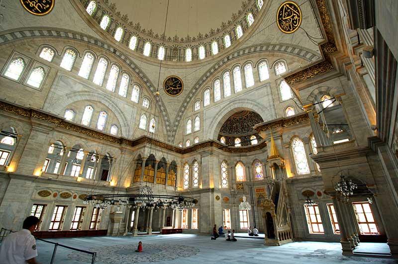 Nuruosmaniye Camii Barok tarzda Türkiye mimari örneği.
