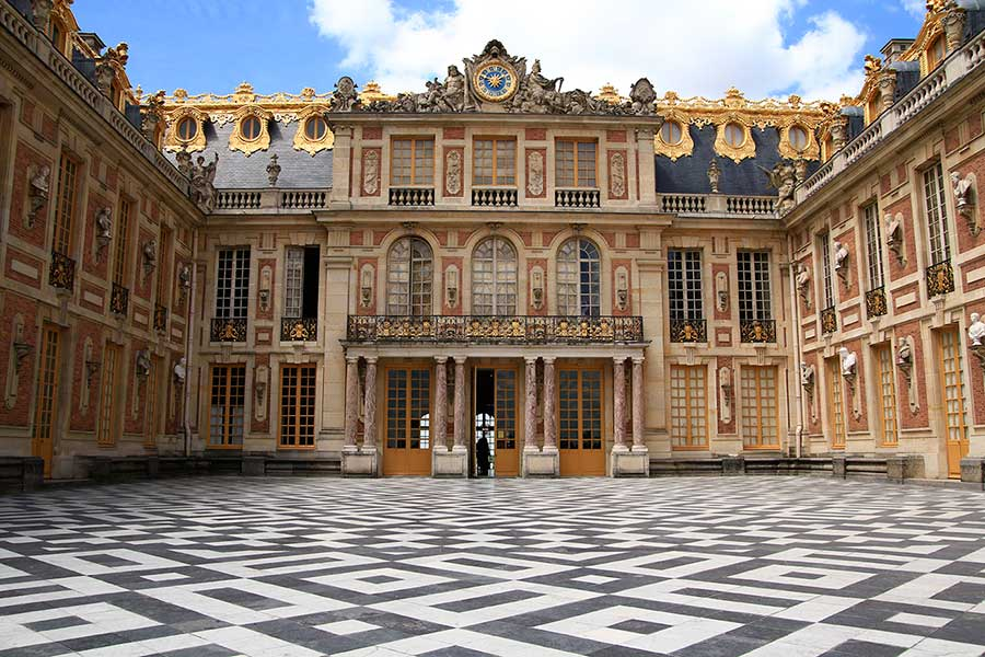 Versailles Sarayı, Fransa'da barok mimari akımına örnek.
