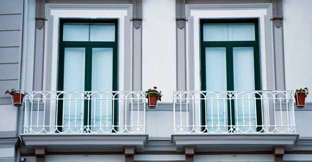 Fransız balkonu örneği.